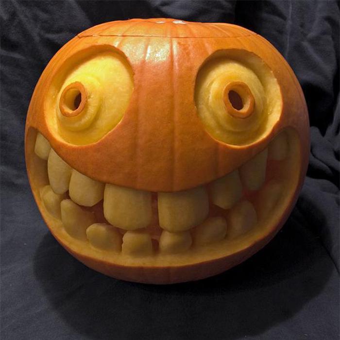 big-smiley-face-with-teeth-pumpkin 700x700